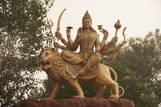Estátua de durga devi no céu deus hindu