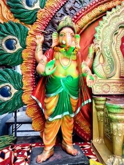 Estátua de ganesha em uma grande posição de pé. ganesh é o deus do sucesso.