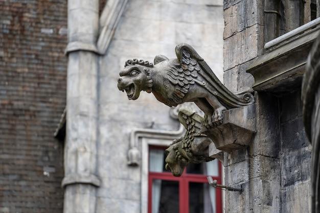 Estátua de gárgula, quimeras, sob a forma de um monstro alado medieval, do castelo real na colina de bana, local de turismo em da nang, vietnã, close-up