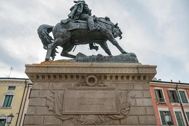 Estátua de garibaldi com detalhes de cavalo em rovigo, na itália