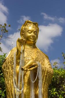 Estátua de guanyin em wat ban rai, província de nakhon ratchasima, tailândia