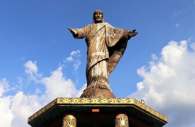 Estátua de jesus com céu azul claro