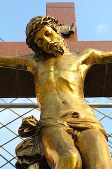 Estátua de jesus cristo. coração sagrado. símbolo do cristianismo.