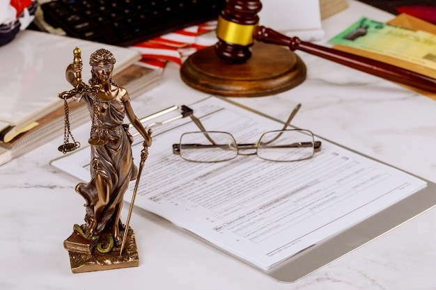Estátua de justiça com profissionais de advogados de consulta de escritório de juiz martelo com balança da justiça.