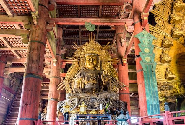 Estátua de kokuzo bosatsu no templo todai-ji - nara, japão