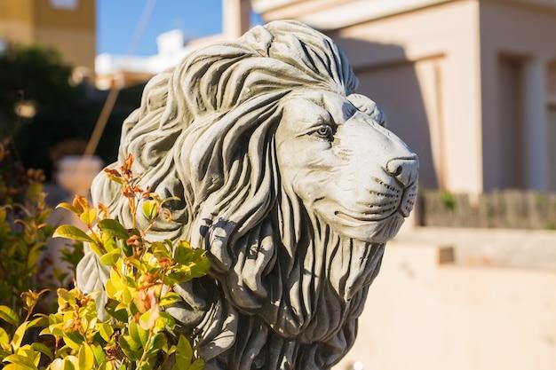 Estátua de leão de pedra. escultura em mármore de um leão no pedestal.