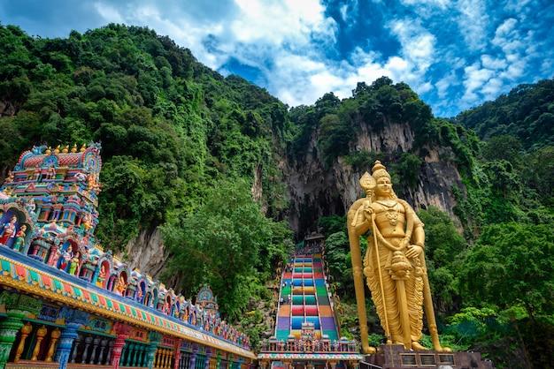 Estátua de lord muragan e entrada em cavernas de batu em kuala lumpur, malásia.