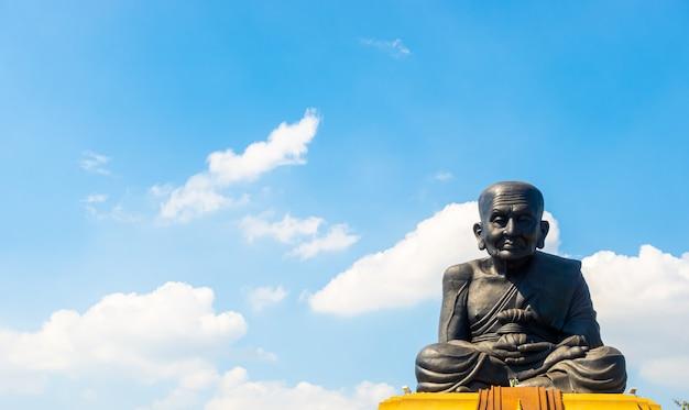 Estátua de luang pu thuat no templo de wat huay mongkol na tailândia