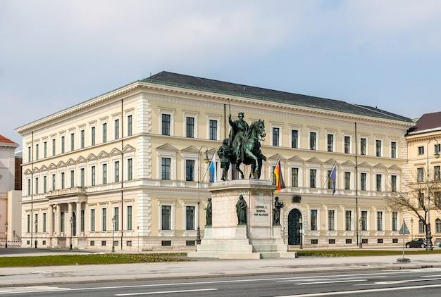 Estátua de ludwig i em frente ao ministério das finanças do estado da baviera