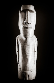 Estátua de madeira tradicional de uma moai da ilha de páscoa. preto e branco.