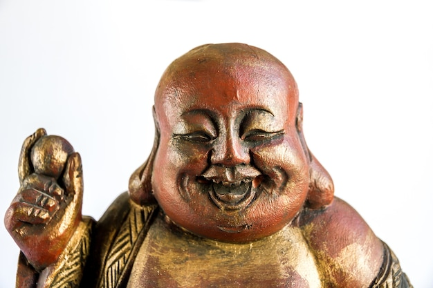 Estátua de madeira tradicional do buda chinês isolada no fundo branco