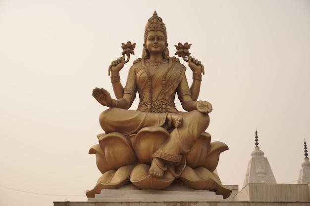 Estátua de maha lakshmi em imagem de deus hindu do céu
