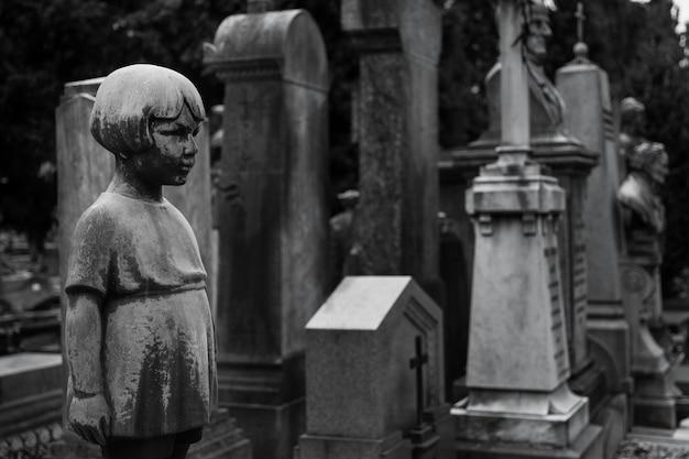 Estátua de mais de 100 anos. cemitério localizado no norte da itália.
