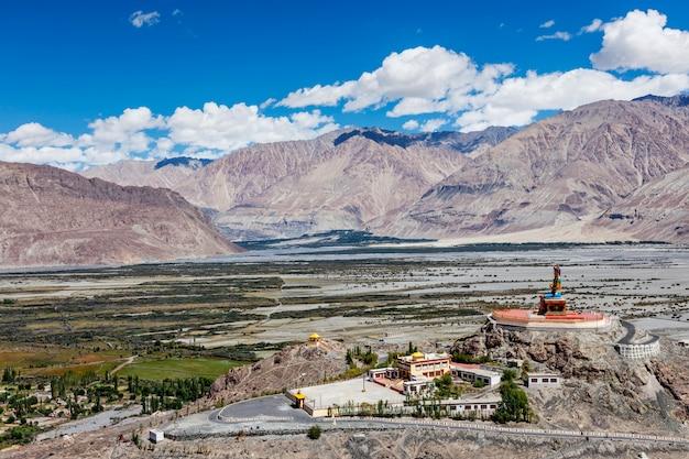 Estátua de maitreya buddha no vale nubra, ladakh, índia