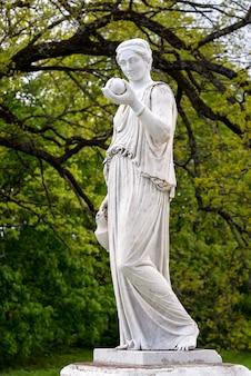 Estátua de mármore da deusa grega hera ou da deusa romana juno, segurando uma maçã da discórdia no parque do palácio