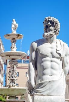 Estátua de mármore na piazza pretoria, palermo, sicília