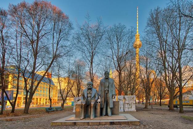 Estátua de marx e engels no fórum marx engels em alexanderplatz wi