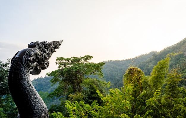 Estátua de naga na floresta verde fresca