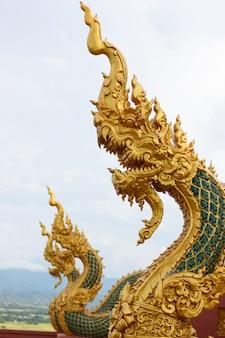 Estátua de naga na tailândia, na lenda naga é proteger o budismo