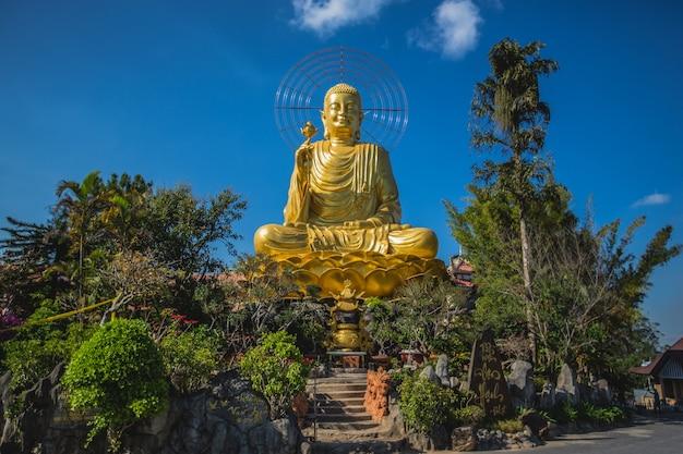 Estátua de ouro de buda no vietnã