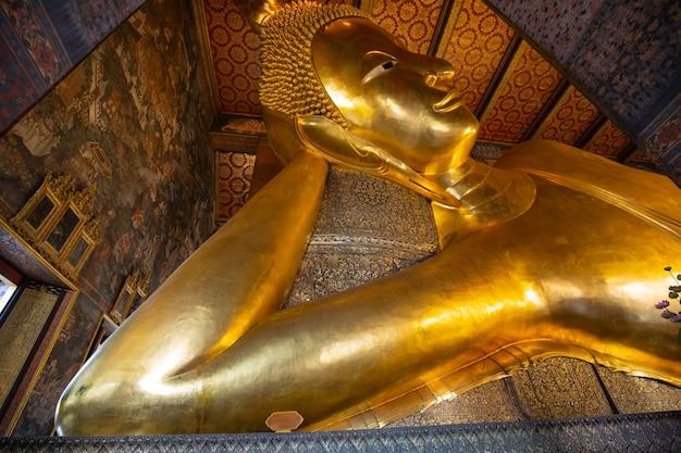 Estátua de ouro do buda reclinado. wat pho, bangkok, tailândia