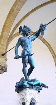 Estátua de perseu matando medusa - loggia del lanzi (piazza della signoria, firenze, itália)