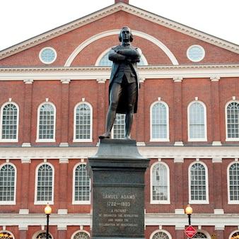 Estátua de samuel adams em boston, massachusetts, eua