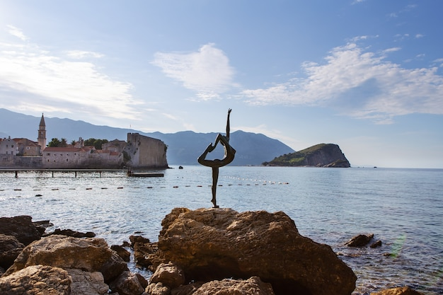 Estátua de uma dançarina na praia no resort de budva em montenegro