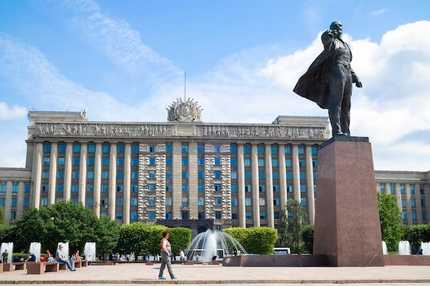 Estátua de vladimir lenin na praça de moscou em frente à casa dos soviéticos, dia de verão - são petersburgo, rússia, junho de 2021
