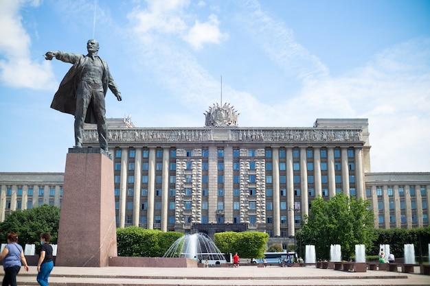 Estátua de vladimir lenin na praça de moscou em frente à casa dos soviéticos, dia ensolarado de verão, céu azul - são petersburgo, rússia, junho de 2021