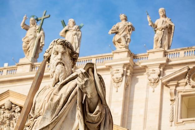 Estátua do apóstolo paulo em frente à basílica de são pedro