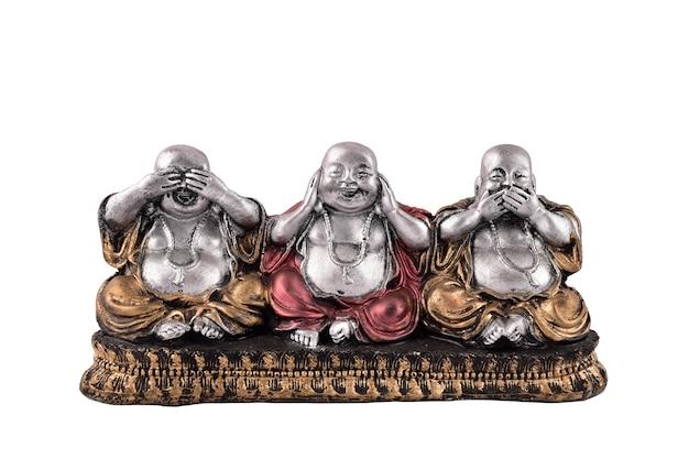 Estátua do buda três sábio, veja, ouça, fale nenhum mal. estátua do buda risonho isolada na parede branca, estatuetas de buda
