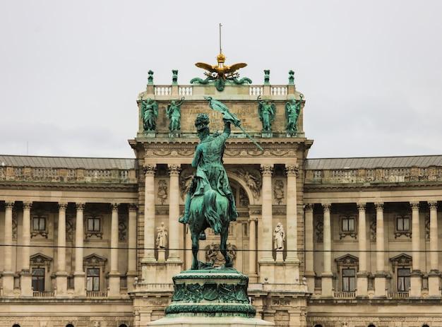 Estátua do cavaleiro em frente ao palácio imperial de hofburg.