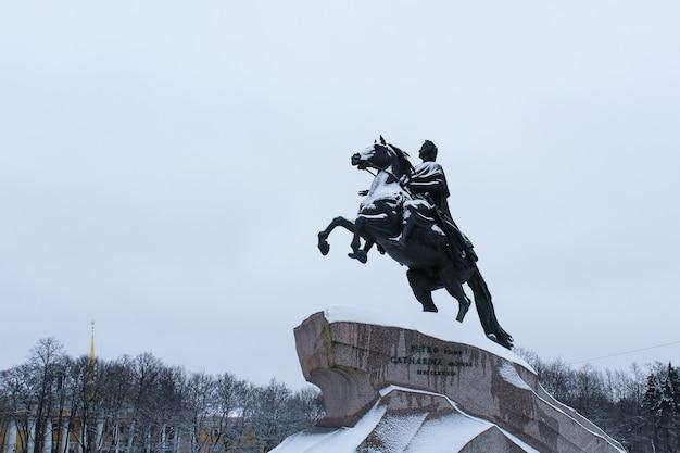 Estátua do czar pedro, o primeiro cavaleiro de bronze no inverno - rússia, são petersburgo, janeiro de 2018