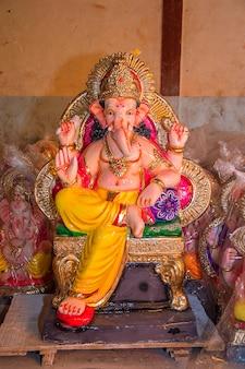 Estátua do deus hindu ganesha durante o festival