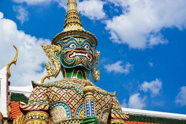 Estátua do guardião do demônio no grande palácio da tailândia da área de local de foto de realeza livre.
