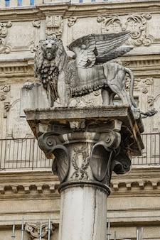 Estátua do leão de são marcos, símbolo da república de veneza, na piazza delle erbe em verona, itália