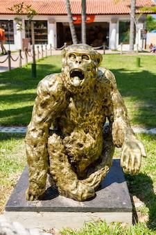 Estátua do macaco tião no bioparque no rio de janeiro, brasil - 20 de março de 2021: estátua do macaco tião no bioparque no rio de janeiro.