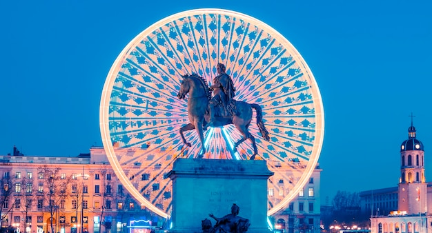 Estátua do rei luís xiv na place bellecour à noite, lyon, frança
