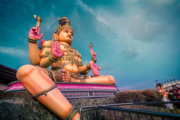 Estátua do senhor shiva em trincomalee, templo de koneshwaram no sri lanka