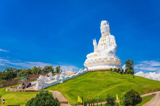 Estátua do templo de wat huay pla kung de guan yin em chiang rai thailand.