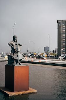 Estátua do violoncelista dinamarquês erling blondal bengtsson fora do