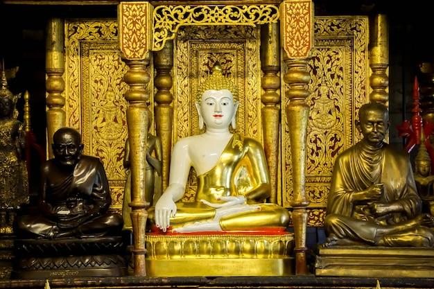 Estátua dourada antiga de buddha da arte birmanesa no santuário em wat phra that hariphunchai lumphun thialand.