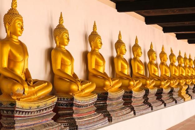 Estátua dourada da buda no templo de wat phutthaisawan em ayutthaya, tailândia.