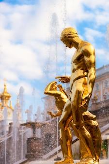 Estátua dourada da fonte cascade peterhof são petersburgo rússia