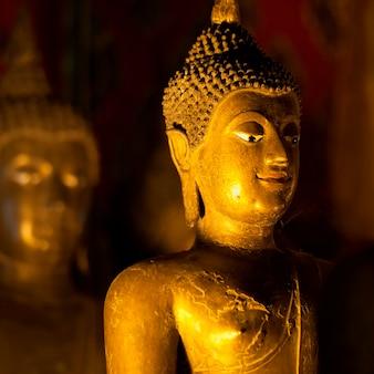 Estátua dourada, de, buddha, em, wat phra singh, chiang mai, tailandia
