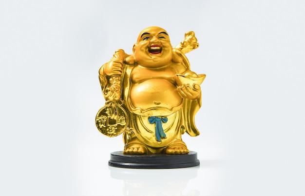 Estátua dourada de budha isolada