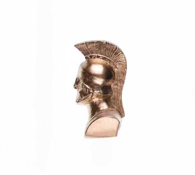 Estátua dourada de espartano isolada no fundo branco