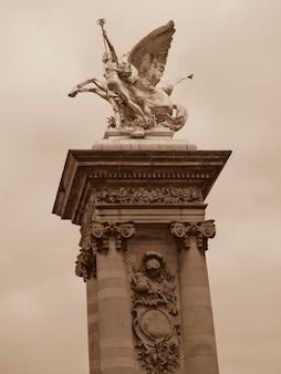 Estátua dourada, ligado, ponte ponte alexandre iii, em, paris, frança