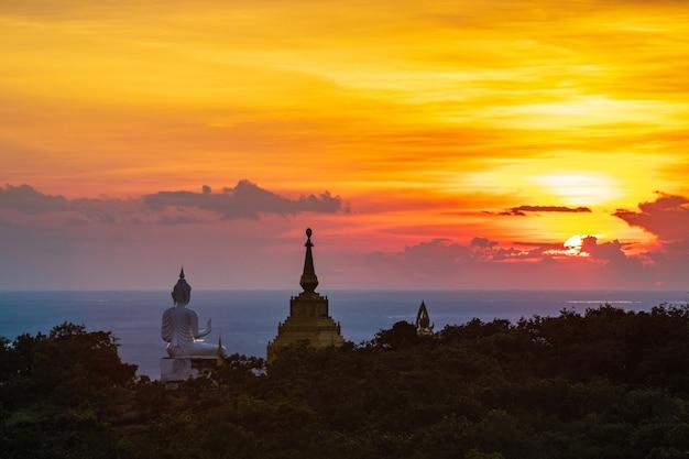 Estátua e pagode da buda na montanha alta no parque nacional de phu-lang-ka, tailândia.